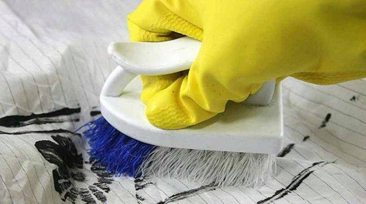 Как удалить акриловую краску с одежды: чем вывести с ткани, как убрать засохшие пятна