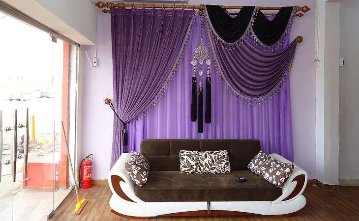 Фиолетовый диван в дизайне интерьера