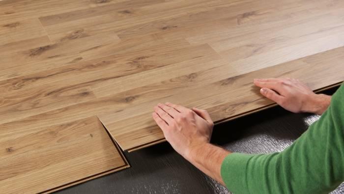 Что сначала: смонтировать натяжной потолок или наклеить обои