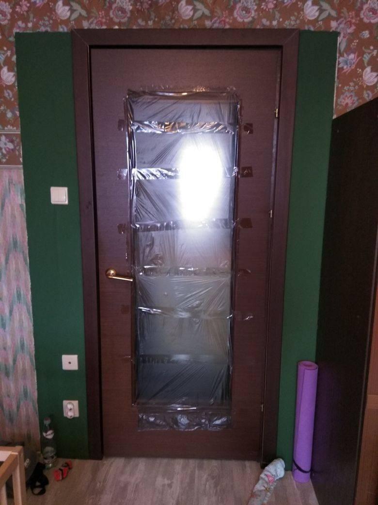 Как заменить разбитое стекло в межкомнатной двери: пошаговая инструкция