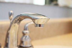 Как убрать известковый налет с крана в ванной?