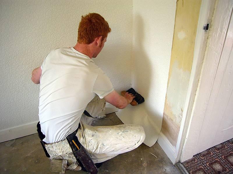 Чем покрыть стены под поклейку обоев: особенности пропитки бетонных поверхностей