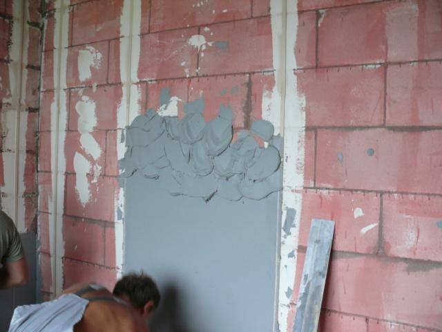 Выравнивание стен путем оштукатуривания по маякам