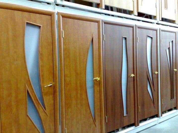 Замена стекла в межкомнатной двери: гофрированного либо прямоугольного своими руками