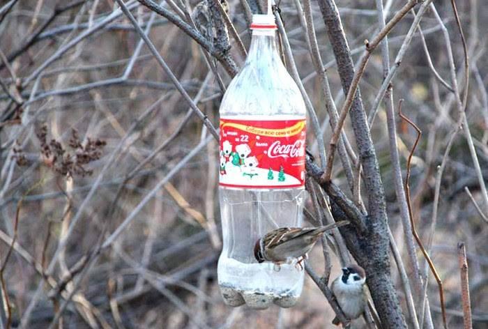 Кормушка для птиц из пластиковой бутылки (39 фото): как сделать ее из 2-литровой пластмассовой бутылки своими руками пошагово? как украсить кормушку?