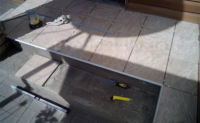 Как можно очистить швы между плиткой на полу?