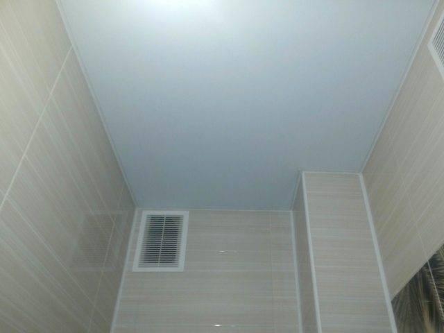 Натяжной потолок в туалете (7 фото)