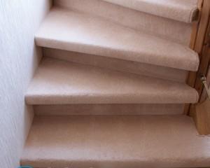 Отделка лестницы ковролином и ковровыми накладками. как выбрать, выкроить и закрепить материал?