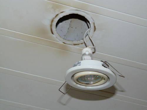 Замена лампочек в потолочных светильниках