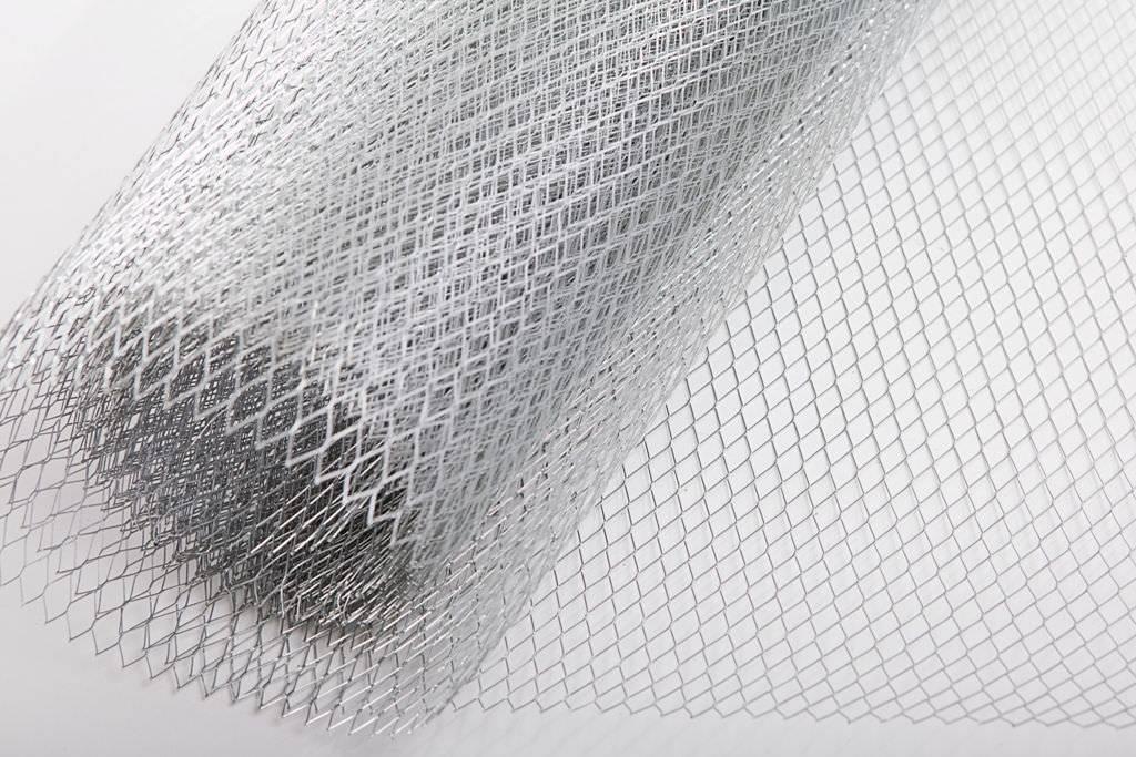 Как штукатурить с сеткой правильно, к примеру с армированной, металлической, полимерной, из стекловолокна, а также отделка стен составом на гипсовой основе