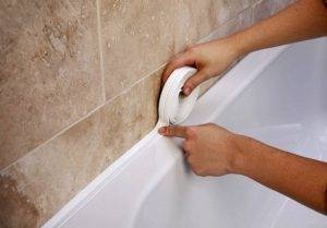 Как заделать щели и зазоры между ванной и стеной: обзор эффективных и эффектных решений, фото удачных вариантов