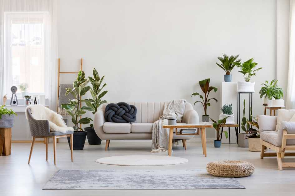 Обои с цветами в интерьере гостиной (38 фото): модели в зал с крупными цветами и цветочными мотивами