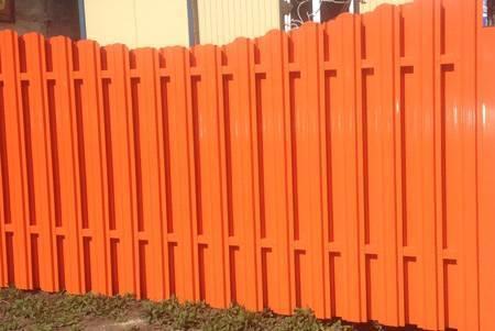 Как сделать забор из металлического штакетника, произведя монтаж легко и быстро своими руками