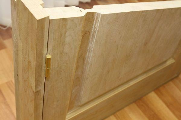 Почему устанавливают неокрашенную деревянную межкомнатную дверь?