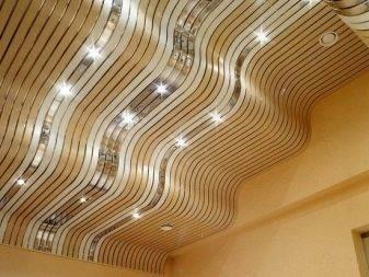 Особенности и виды применения стеновых панелей на потолок