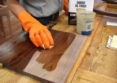 Особенности использования тикового масла при обработке деревянных домов