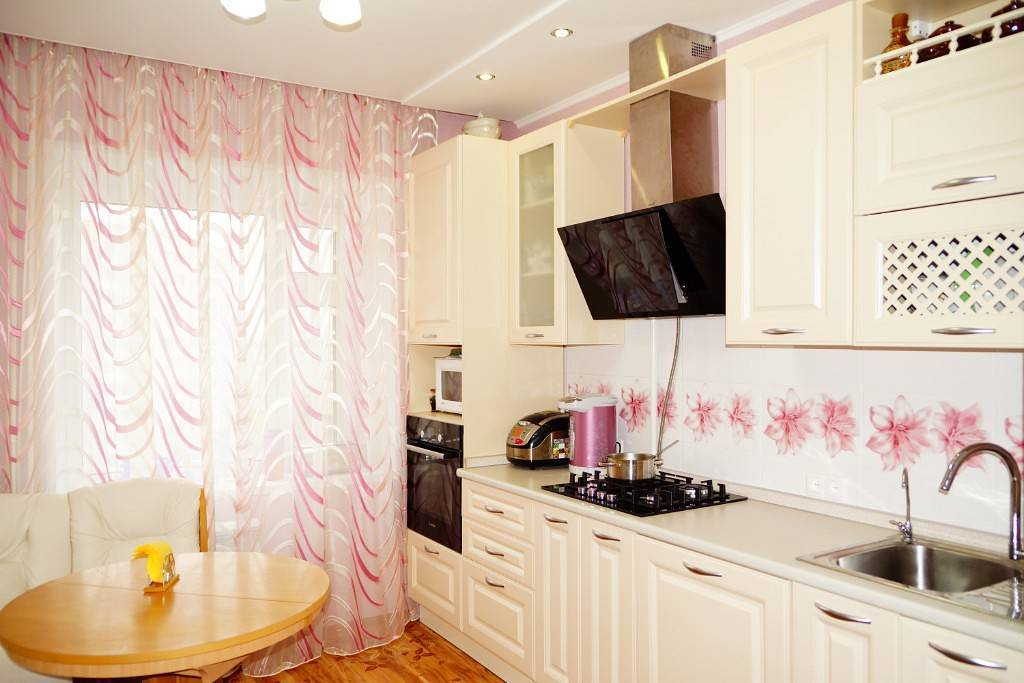Светлая кухня в современном стиле: белая, бежевая и серая, особенности интерьера, как оформить дизайн, как выбрать мебель, освещение и декор, фото с примерами