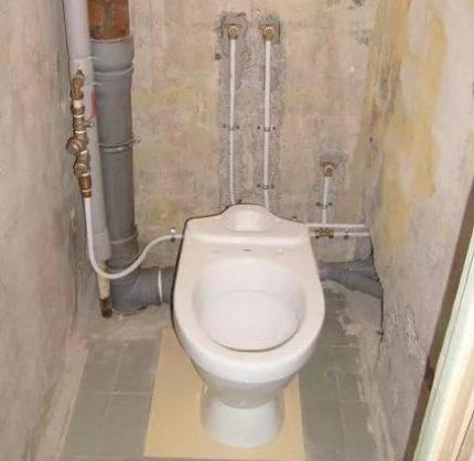 Как и чем закрыть трубы в туалете, чтобы был доступ к ним