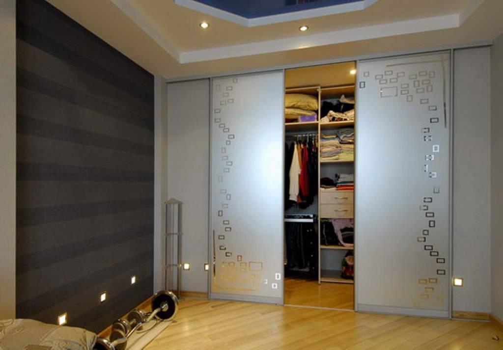 Двери в гардеробную комнату: распашные и другие варианты, фото и дизайн-проекты