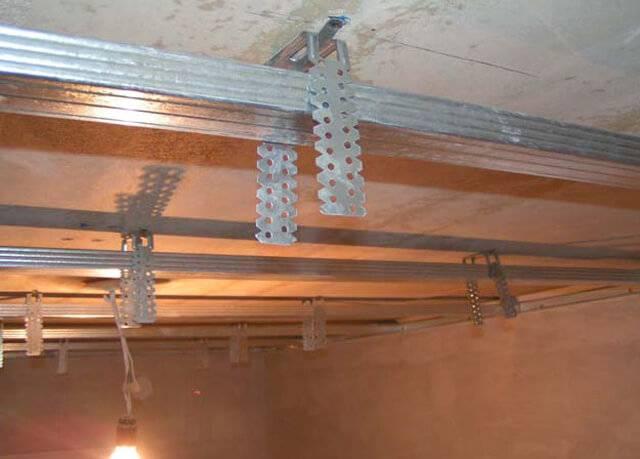 Установка подвесных потолков армстронг: расчет, крепление, сборка