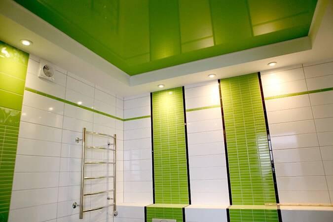 Натяжные потолки в ванной комнате (86 фото): плюсы и минусы. можно ли сделать? парящий и реечный, цветной и матовый потолки. отзывы