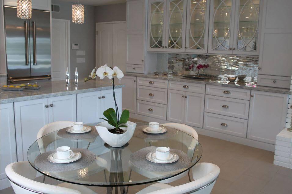 Зеркала в интерьере, в том числе плитка, размещение в гостиной для расширения пространства, правила фен-шуй и прочее + фото