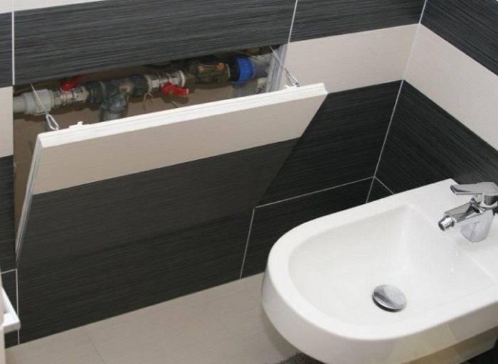 Устанавливаем пластиковый ревизионный люк в ванной