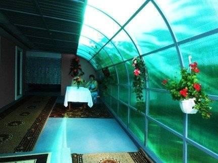 Пристроенная к дому веранда из поликарбоната. фото