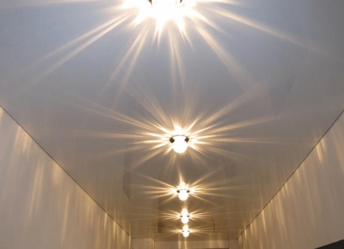 Светильники на натяжном потолке — как их лучше расположить?