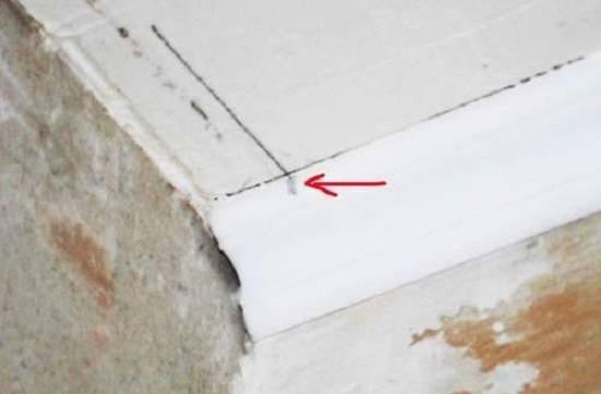 Как состыковать потолочный плинтус