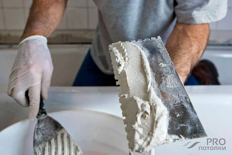 Каким образом штукатурить потолок? как правильно снять старое покрытие и заделать трещины?