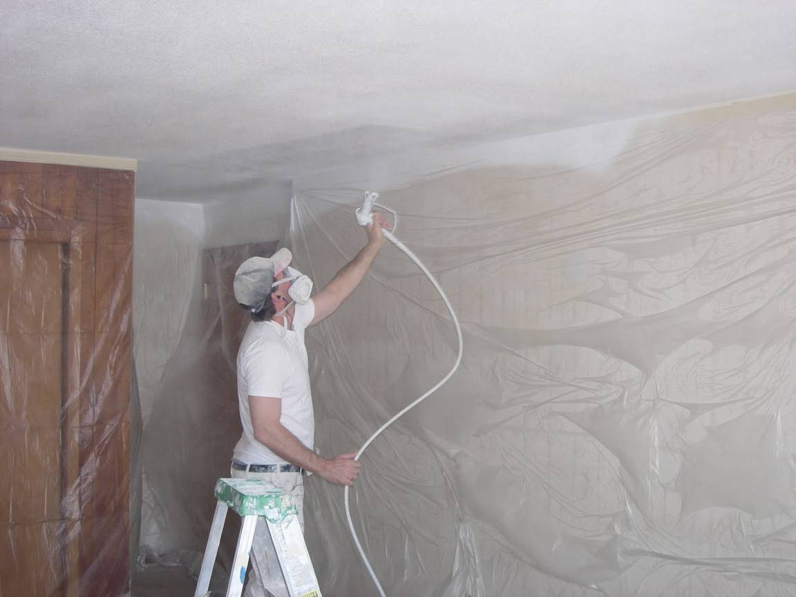 Как быстро смыть побелку с потолка: простые способы без грязи и пыли