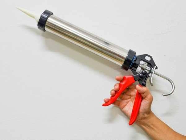 Как пользоваться пистолетом для герметика? как вставить и вытащить баллон, как снять герметик в тубе