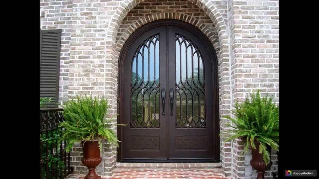 Кованые двери с накладкой под старину красивые входные со стеклом и навесом, металлические элементы в декоре деревянного полотна с козырьком из железа в дом и квартиру