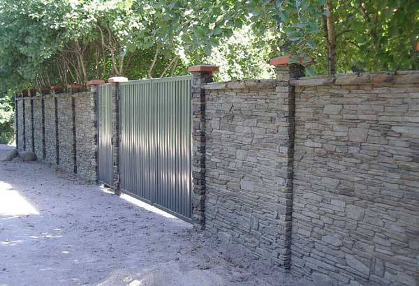 Деревянный забор: красивые идеи оформления и эффективные варианты защиты при помощи дерева