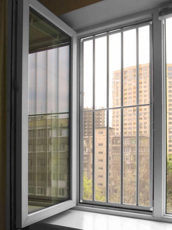 Замки от детей на окна (61 фото): установка детских блокирующих замков на пластиковые конструкции, блокиратор на пвх-створку
