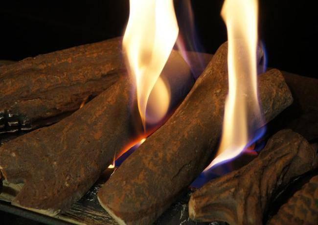 Дрова для камина: советы по выбору топлива для открытых и закрытых каминных топок