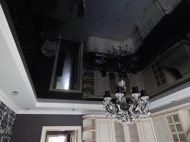 Белый глянцевый натяжной потолок (28 фото): конструкции с лампочками в интерьере