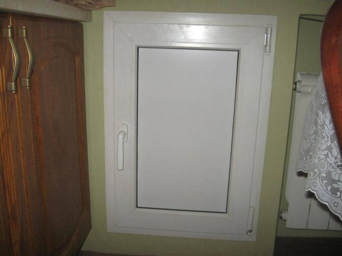 Установка холодильника под окном