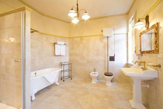Cанузел в деревянном доме (38 фото): устройство вентиляции, отделка ванной и туалета в коттедже