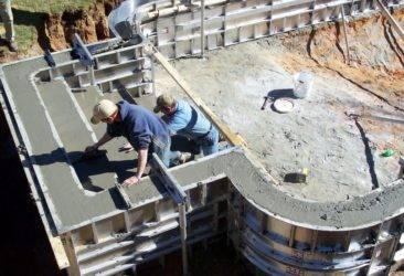 Как сделать бетонную стену: монолитную и панельную, кладка на фундамент