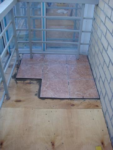 Как положить плитку на деревянный пол: инструкция + видео