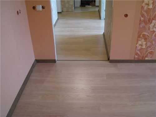 Укладка ламината в узком коридоре: поперёк или вдоль