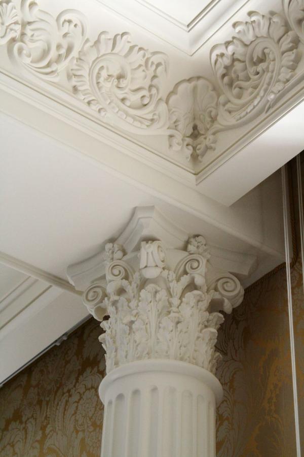 Потолок из гипсокартона с лепниной из полиуретана фото