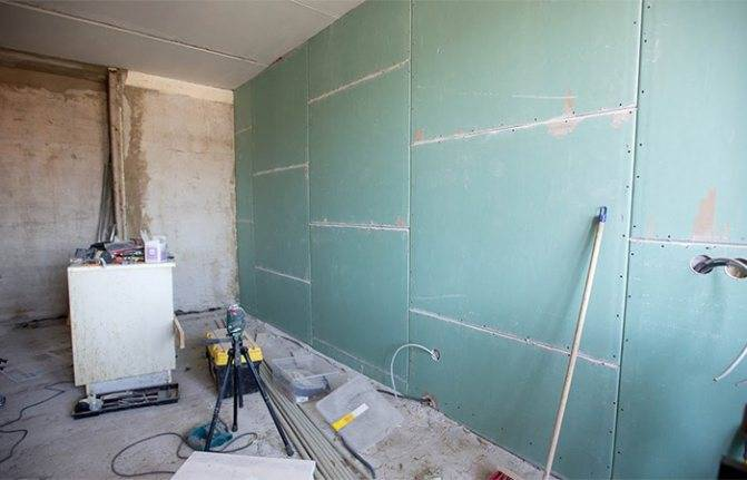 Выравнивание стен гипсокартоном: как правильно выравнивать под плитку в ванной, как выровнять стены в деревянном доме