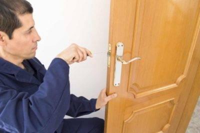 Установка доборов и наличников на входную дверь своими руками
