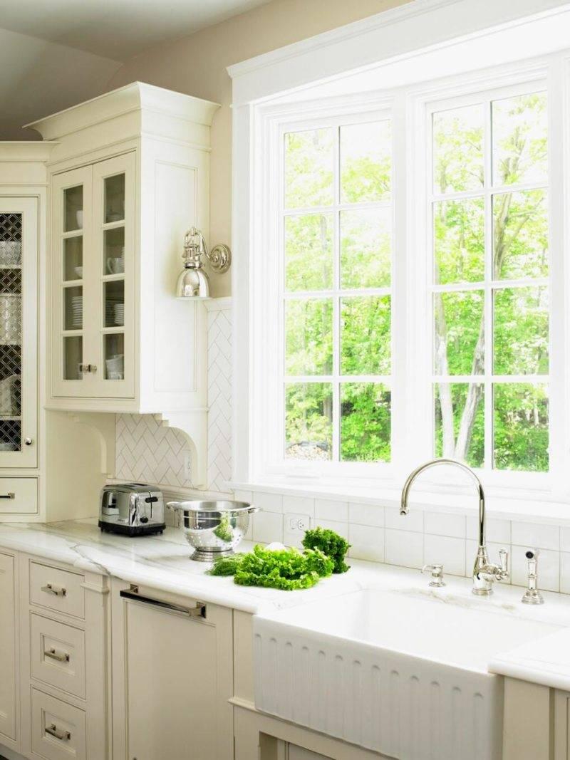 Кухня вдоль окна (37 фото): как выбрать кухонный гарнитур? примеры дизайна в маленькой квартире. что делать с батареей?