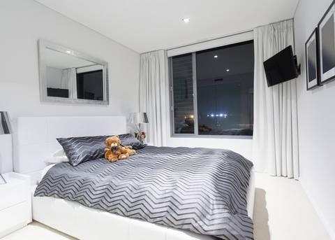 На какой высоте вешать телевизор на стену в спальне, гостиной