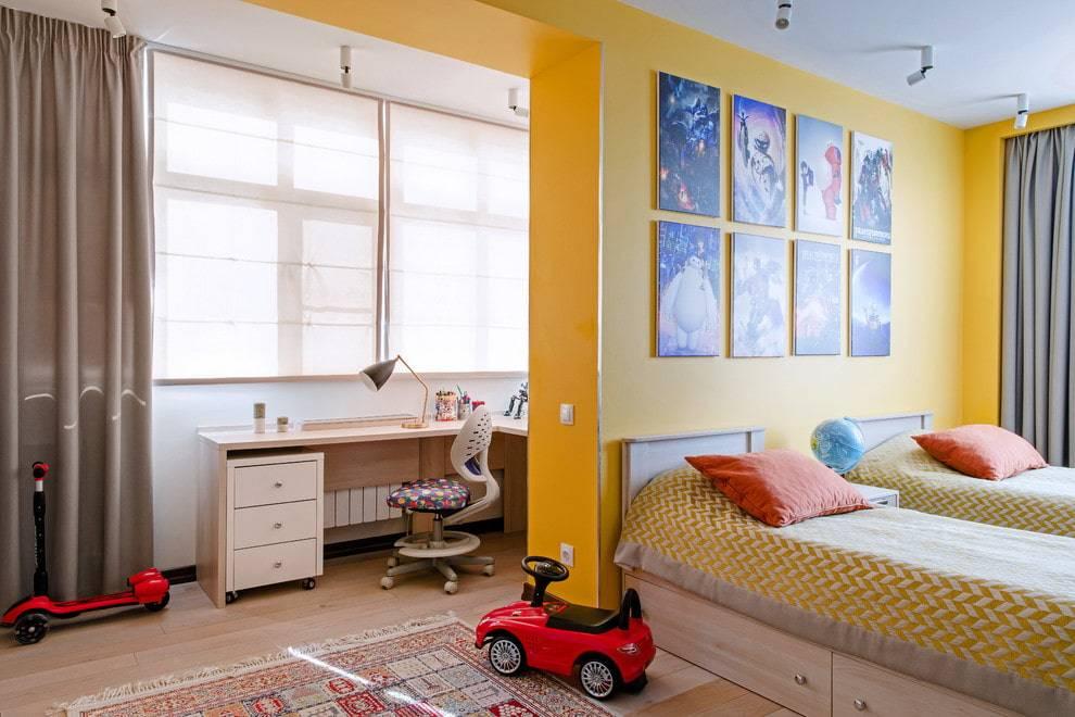 Письменный стол у окна в детской комнате - примеры (24 фото)