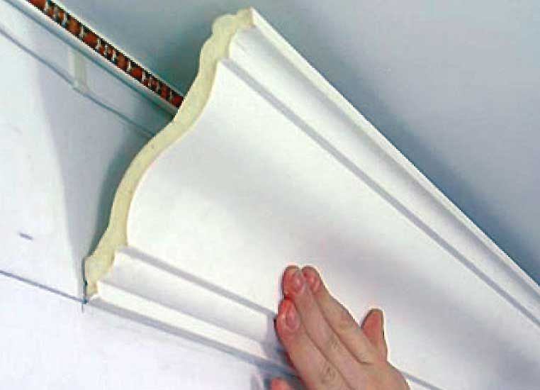 Потолочный плинтус из пенопласта - как его крепить, резать и клеить